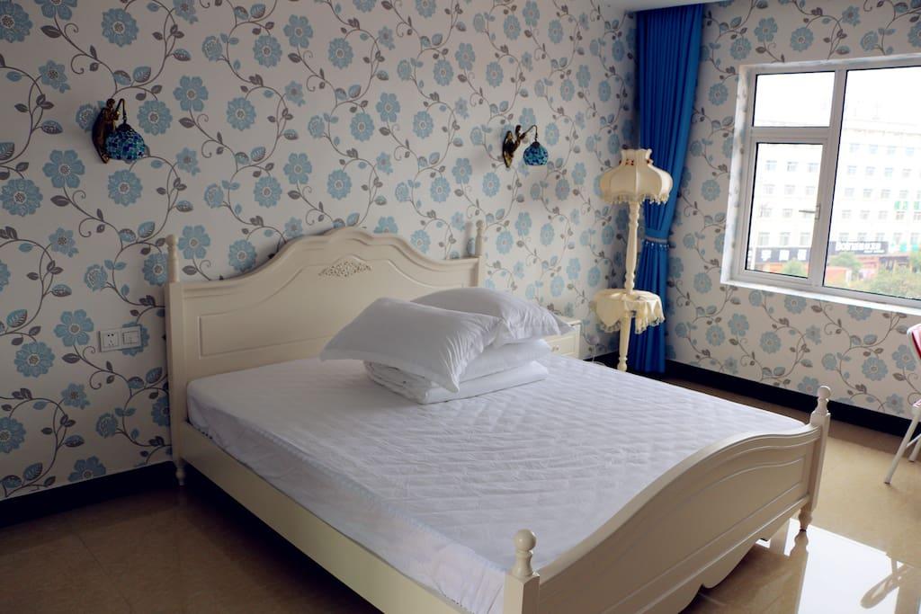 蓝色花朵房,独立卫生间,1.8*2.0m大床