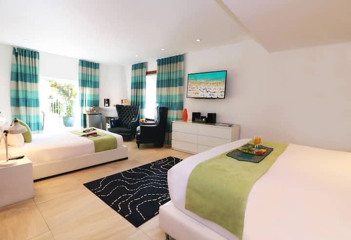 Spacious Deluxe Suite with Two Beds on Collins Avenue, Steps from the Beach, Free Happy Hour Nightly