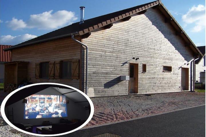Maison en bois avec salle de cinéma à la campagne