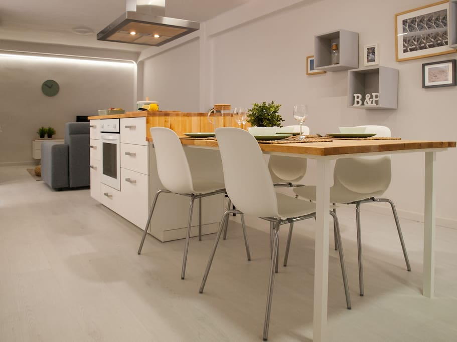 Comedor e isla de cocina integrados. Dining room and kitchen island integrated.