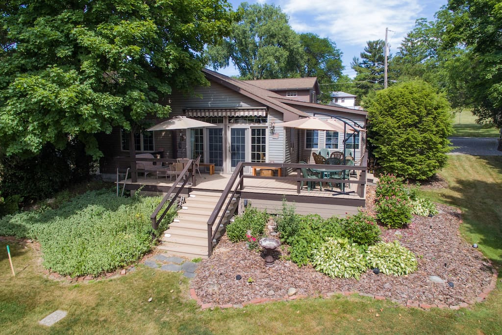 Couple 39 s retreat off season rates cottages for rent for Modern view decking