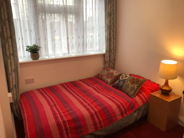Cosy double room+private bathroom in family home