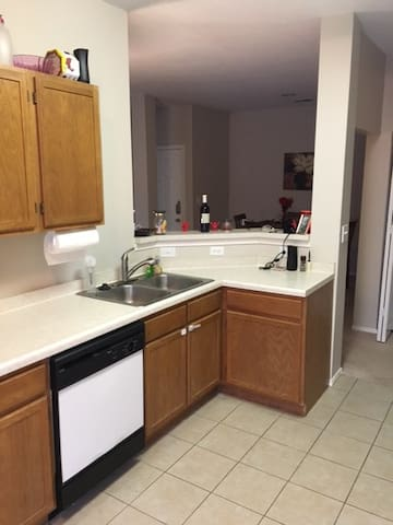 Comfy Private Room with Bathroom across the Hall - Coraopolis - Appartement