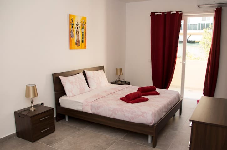 Brand new, large, 1 bedroom Apt in a Prime Area - Gzira - Apartamento