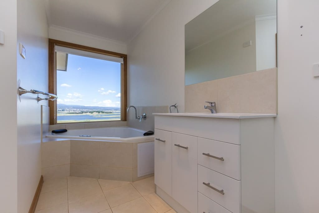 Soak in the glorious views of the Tamar Valley Wetlands as you enjoy this luxurious spa bath.