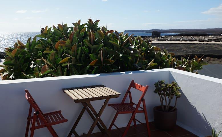 Terrasse 1er étage, vue sur la mer, les salines et les volcans !