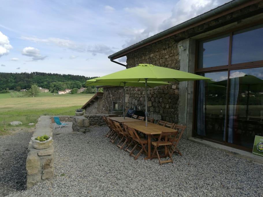 Terrasse donnant sur la pièce à vivre, barbecue et éclairage extérieur