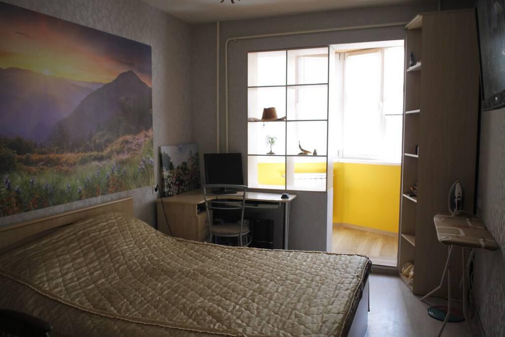Спальня. Есть гладильная доска, утюг, теплый балкон, крело-качалка, гардероб, плазменный телевизор.