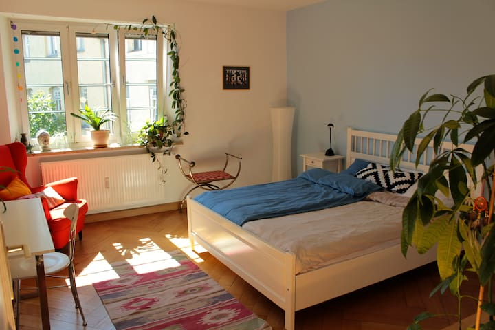 Beautiful bright room close to city center - München - Apartment