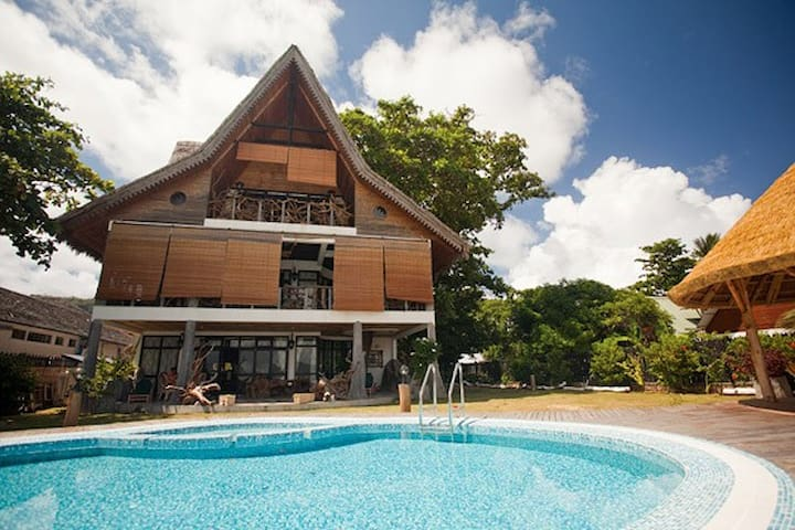 LA DIGUE EMERALD BEACH VILLA