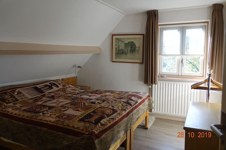 Kamer 1 met twee verstelbare eenpersoonsbedden.
