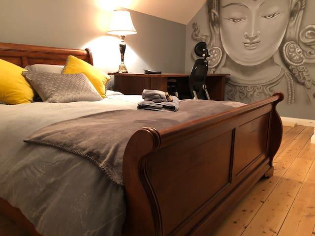 Relaxing Double-room  backing onto Oxshott Woods