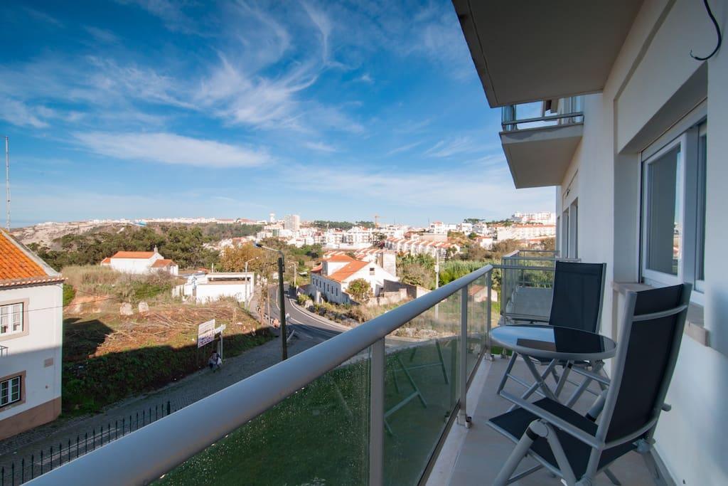 Varanda com vista para praia e cidade