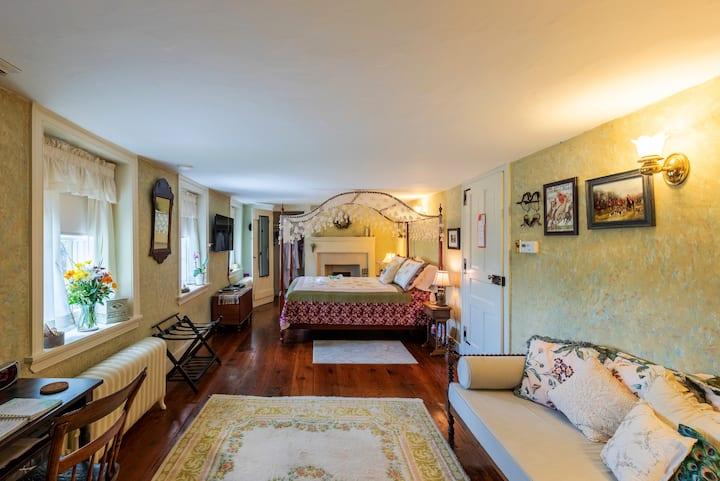 Private  Huntsman  Suite in Historic Tip Top Manor