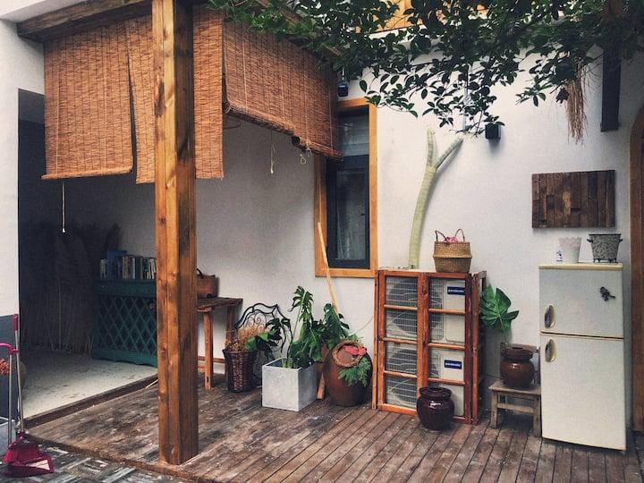 日式庭院式独栋民宿,环境幽静雅致,闹中取静,一家可住宿,可换装拍照,可撸猫的好去处!期待与你相遇……