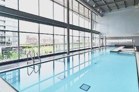 Pool, gym, jacuzzi, and location - Toronto - Wohnung