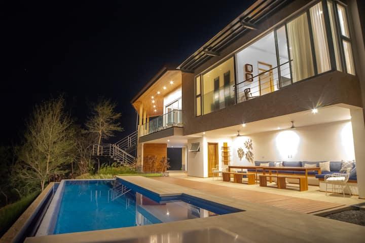 Luxury Villa Stunning Views, Pool/AC Full Service