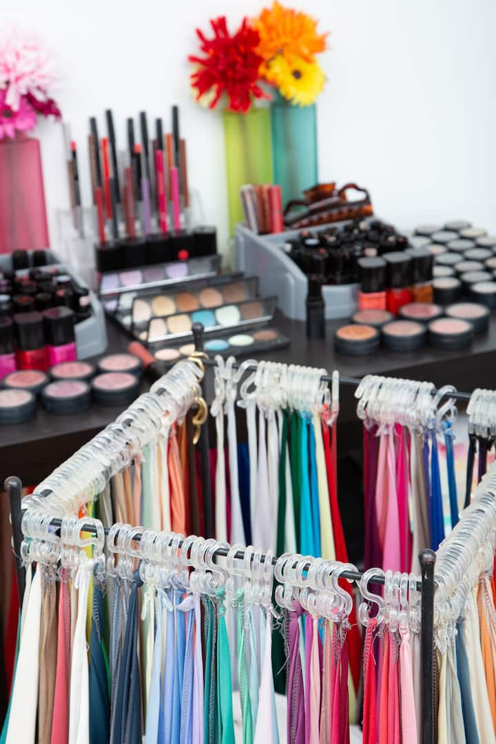The colour drapes and make-up colours