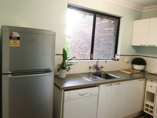 KENSINGTON - Private quiet 2bdrm apartment +WIFI