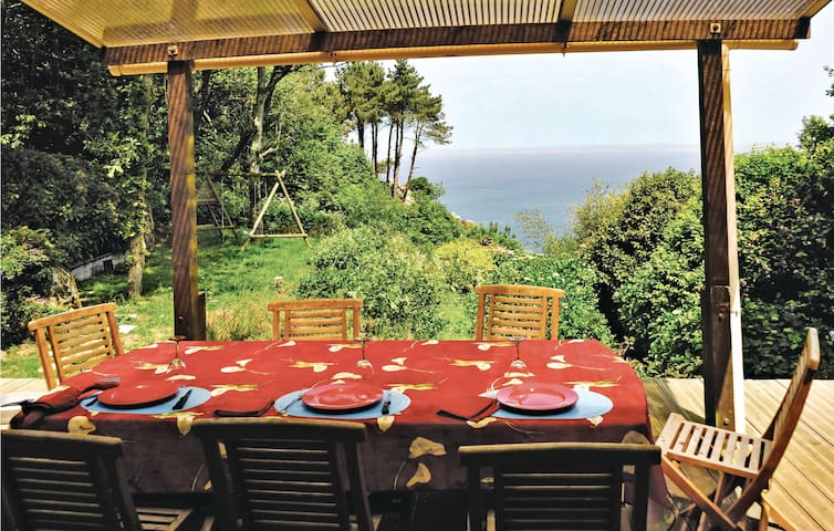 Holiday cottage with 4 bedrooms on 180 m² in Poullan sur Mer