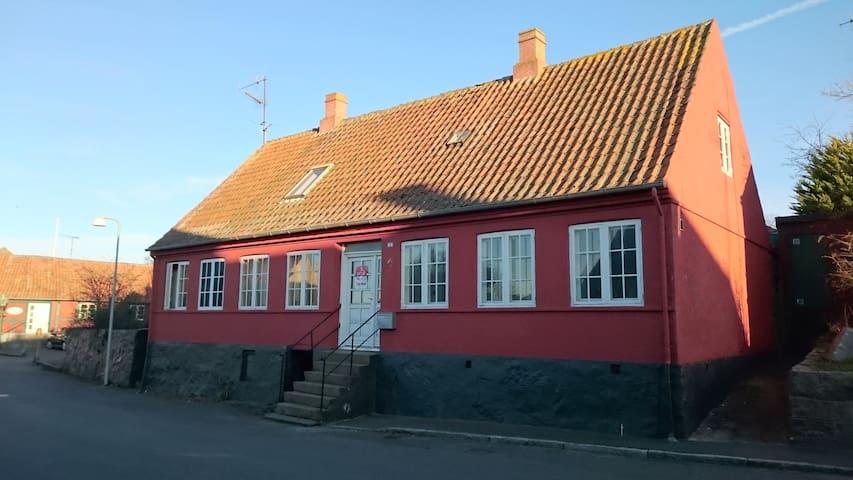 Hammershusvej 15 - Sandvigs første skole fra 1855 - Allinge - Talo