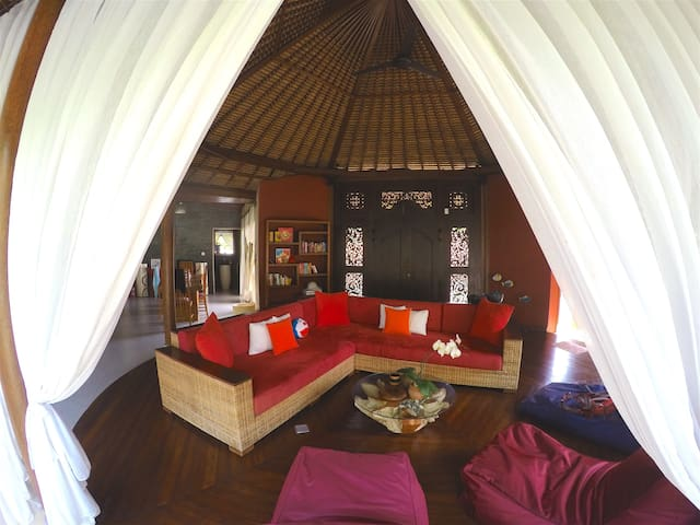 Romantic Luxury Escape Nyanyi - Kediri - Bed & Breakfast