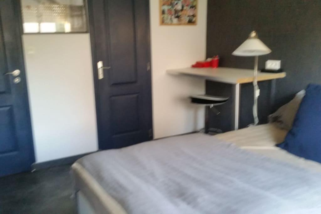 Chambre avec douche priv e loc au mois possible maison - Location chambre hotel au mois ...