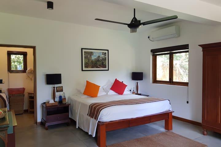 Zee's Garden -Downstairs Room Farm Stay, B&B