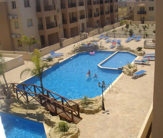 Spacious Paphos family apt with pool nr beach WIFI