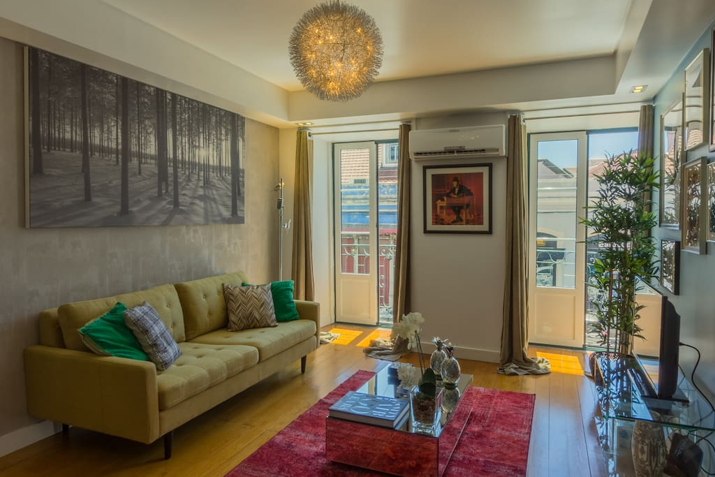 Airy, bright and sunlit lounge overlooking the main artery of Principe Real, protected by double glazing for maximum relax.