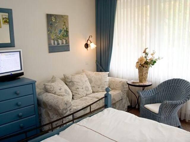 Landhotel Grimmeblick **** (Winterberg/Elkeringhausen) -, Dreibettzimmer Toscana Terrasse/Süd DU/WC