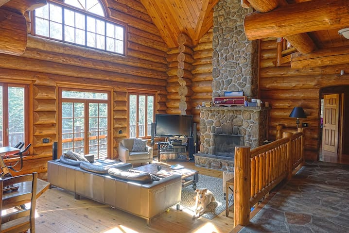 Lakeside Log Home on 100 Acres & all the toys - Gooderham - Cabin