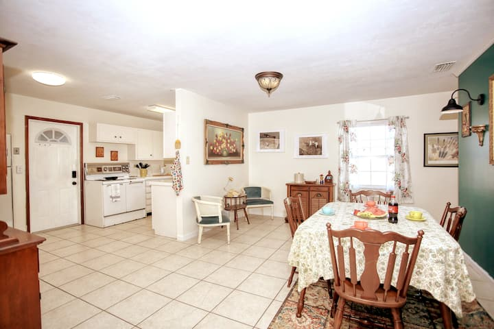 Evy's Vintage Pad-an equipped SpaceCoast retreat.