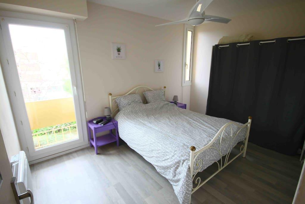 chambre de 11 m² avec dressing et ventilateur au plafond.