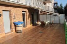 Amplia terraza con mobiliario