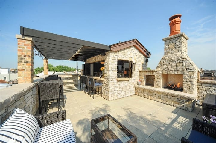 Lincoln Park Mansion w/ Rooftop Bar/Lounge!