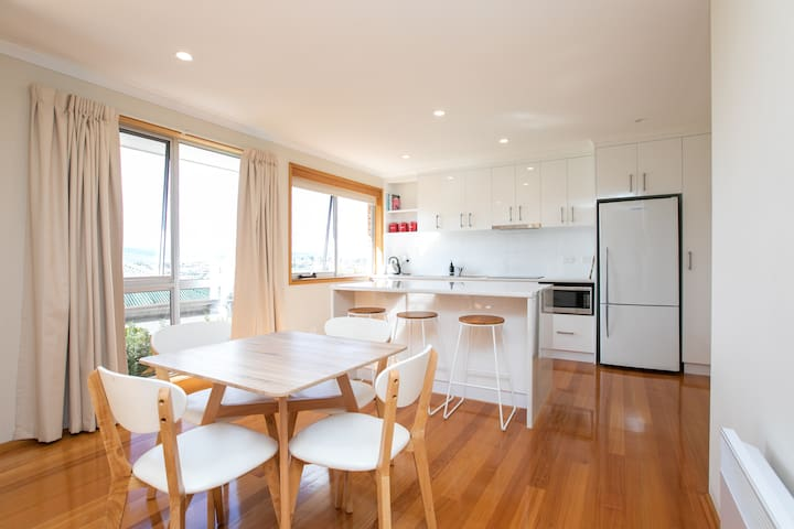 Beautiful Sunny Home Close To The CBD and Gorge