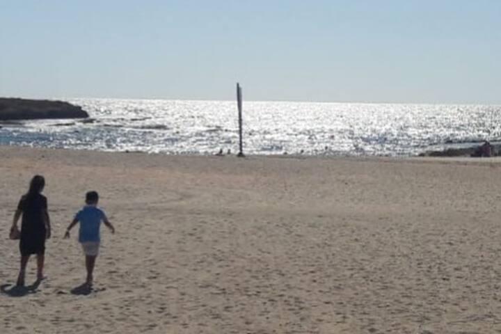 חוף הים הבונים קרוב לבית האירוח  חוף ים מתאים לכולם כולל אזורי דייג  יש מציל בחוף,לנכנסים עם הרכב חייבים בתשלום.
