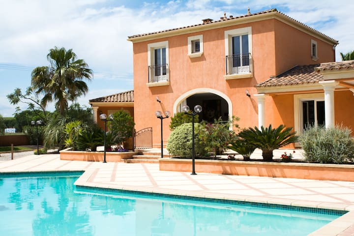 BEAUTIFUL VILLA WITH POOL AND JACUZZI NEAR THE SEA