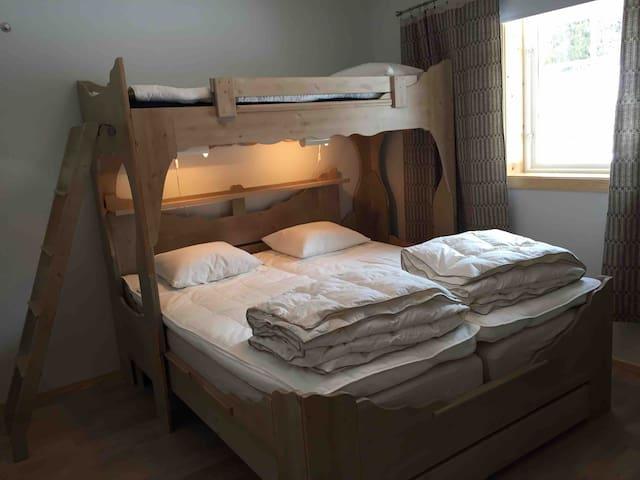 """Sovrum 2: Nya resår- och bäddmadrasser i dubbelsängen. Loftsäng 80 cm. Resårsängarna är märkta """"fast madrass"""" resp """"mediumfast madrass"""", när man ligger i sängen och tittar upp på loftsängen. Under finns en sänglåda med madrass: ca 70x140 cm"""