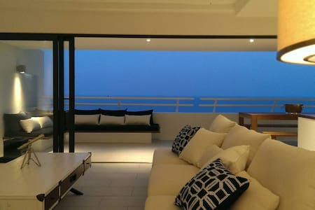 2BR Beachfront Resort Suite with Seaview Hot Tubs