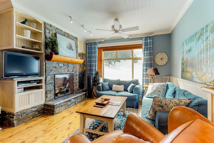Country-chic ski-in/ski-out condo w/private hot tub & beautiful mountain views