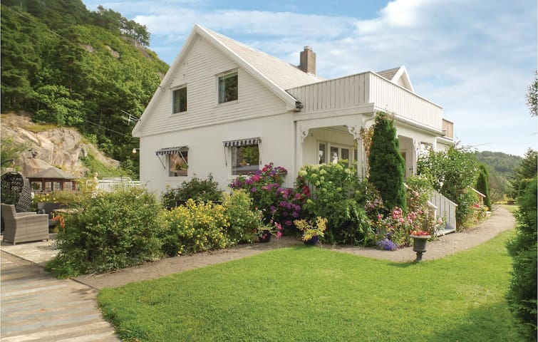Holiday cottage with 5 bedrooms on 160 m² in Farsund