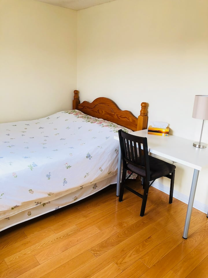 Bright cozy clean bdrm-Queensize, worth to live