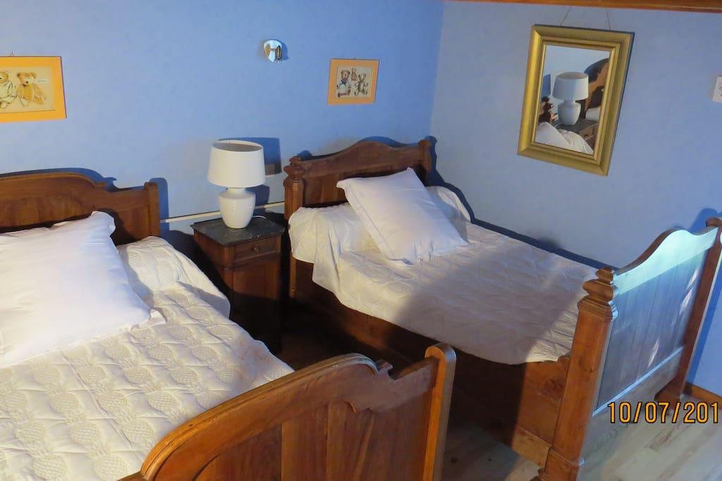 chambre 1 : 2 lits anciens en 120 cm, peut convenir pour 2 ou 4 personnes