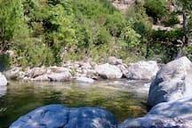 Rivière à 7km. Plage du Flenu à 1km.