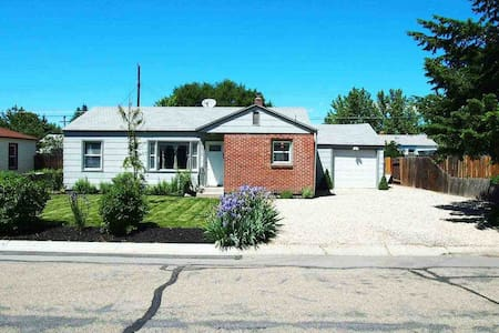 Comfortable and close to the airport and downtown. - House