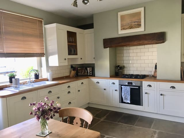 Spacious 3BD getaway 5 mins from the town centre