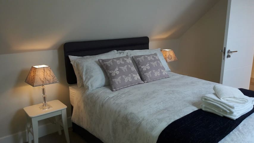 Double Attic Bedroom + Ensuite Shower, Chinnor B&B