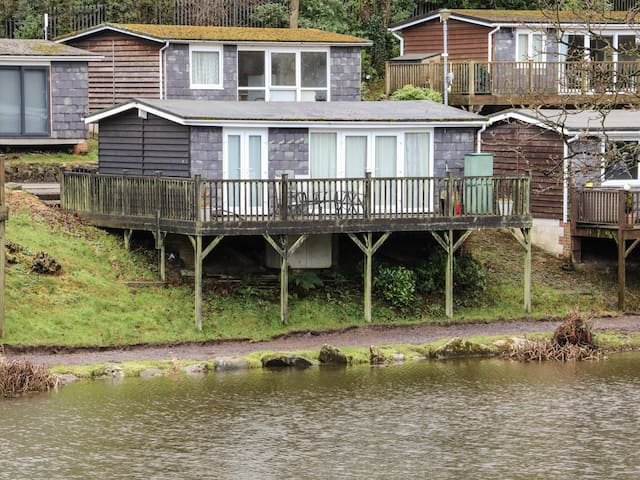 85 LOWER LAKESIDE CHALET, family friendly in Caeathro, Ref 972147